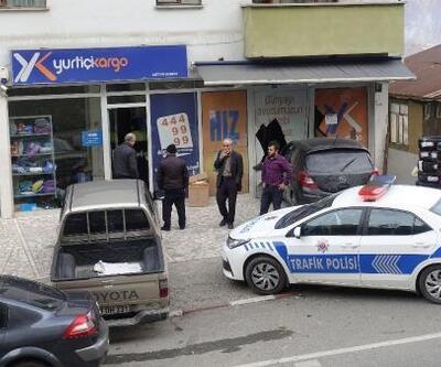 Artvin'de otomobil iş yeri vitrinine çarptı