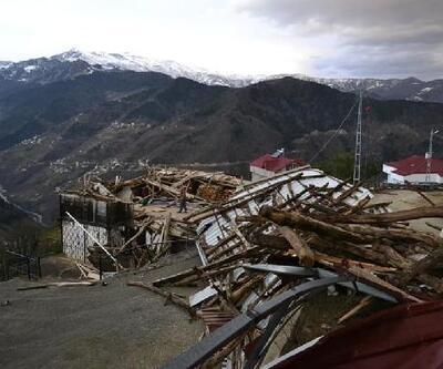 Trabzon'da fırtınada çatılar uçtu, ahırın duvarı yıkıldı