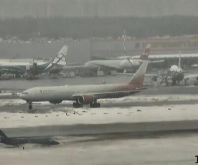 Uçak, buz tutan pistte dönerek dışarı savruldu