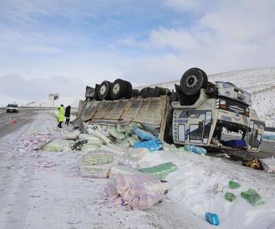 Bebek bezi yüklü kamyon devrildi, sürücü ağır yaralı