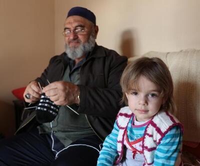 Mustafa dedenin, tutkusu torunlarına kazak örmek