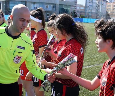 Orta hakemden kadın futbolculara gül