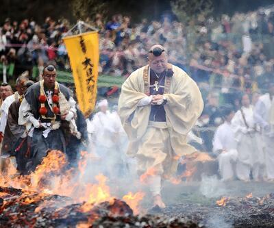 İzleyenlerin yürekleri ağızlarına geldi... İşte ateş üzerinde yürüme festivali