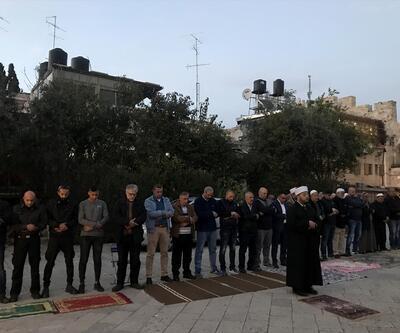 İsrail polisinden Mescid-i Aksa kapısı önünde namaz kılanlara ses bombalı müdahale