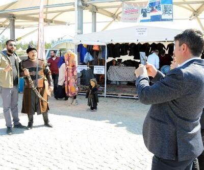 Ertuğrul Gazi Türbesi'ni ziyaret edip, alp kıyafetlerini giyiyorlar