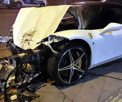 Son dakika.. Lüks otomobil taksiye çarptı: 1 ölü
