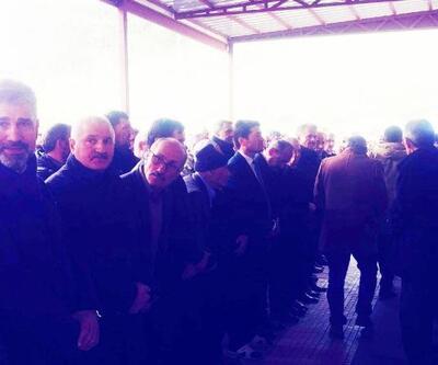 CHP'li milletvekilinin ayakkabıları kayboldu, terlikle cenaze namazı kıldı