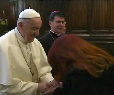 Papa' elini öptürmekten kaçındı