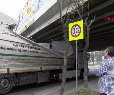 Ataköy'de TIR ve otobüs üst geçide sıkıştı