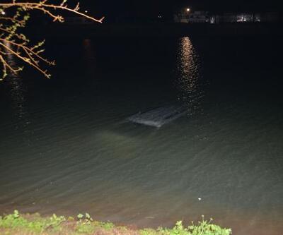 Göle uçan aracın sürücüsünü, hortum uzatarak kurtardılar