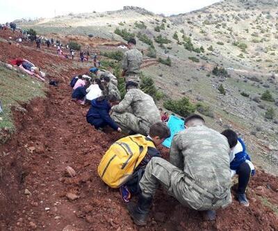 Çukurca'da sınırdaki üs bölgesine fidan diktiler