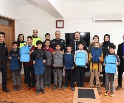 Hilvan'da, polislerden 200 öğrenciye kırtasiye yardımı
