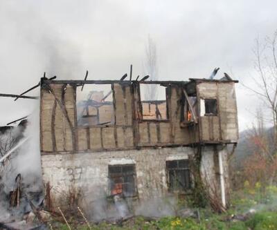 İnebolu'da ahşap ev yandı