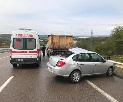 Çekmeköy'de hafriyat kamyonuna otomobil çarptı: 2 yaralı