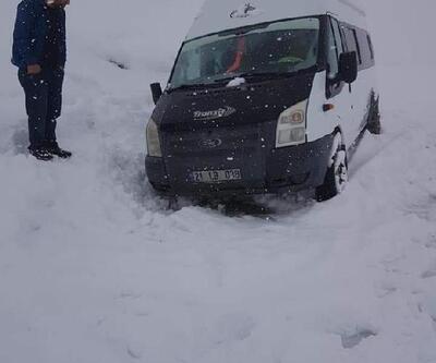 Karda mahsur kalan minibüsteki 13 kişi, 7 saat sonra kurtarıldı