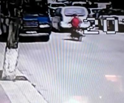 Otomobil ile motosikletin çarpıştığı kaza kamerada