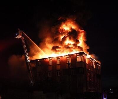Sultanbeyli'de 4 katlı binanın çatı katı alev alev yandı