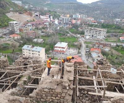 Çukurca'daki 400 yıllık kale evlerde restorasyon başladı