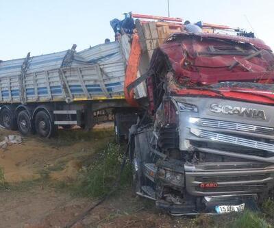 Lastiği patlayan TIR, yol kenarına devrildi: 1 yaralı