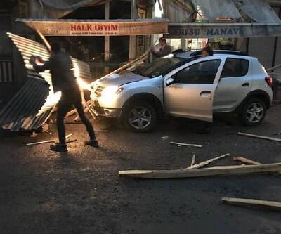 Patnos'ta rüzgarda çatıdan kopan parçalar otomobillerin üzerine düştü