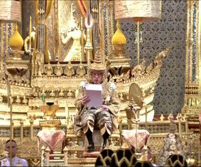Tayland Kralı tacını giydi