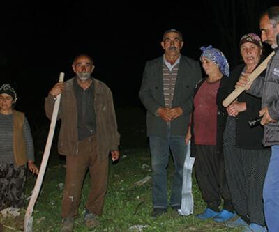 Köylüler kazma ve kürekle nöbet tutuyor