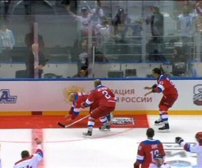 Putin hokey maçında böyle düştü