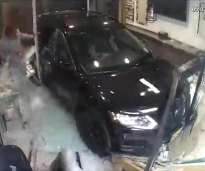 Araba pizza dükkanına daldı