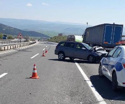 Otomobil temizlik kamyonuna çarptı, Gürcistan uyruklu 2 kişi yaralandı