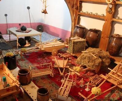 Eski tarım aletlerinin maketini yapıp, sergiliyor