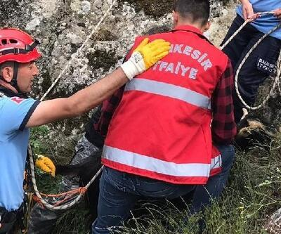 İtfaiyeciler, keçiyi kurtarmak için kayalıklara tırmandı