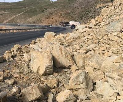 Heyelanla kayan kaya parçaları yol kenarına düştü
