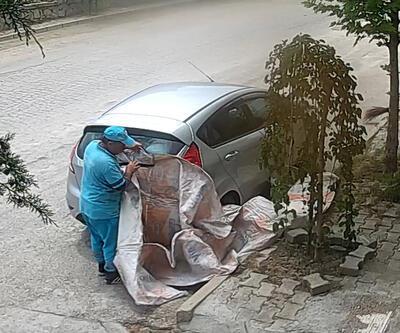 Temizlik personelinden aracın zarar görmemesi için brandalı önlem