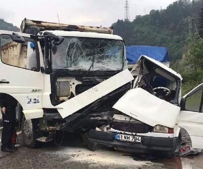 Kamyonla kamyonet çarpıştı: 1'i ağır 2 yaralı