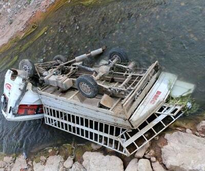Malatya'da dereye devrilen kamyonetteki 2 kişi yaralandı