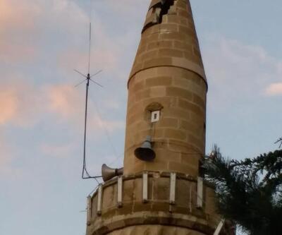 Olur'da minareye yıldırım düştü