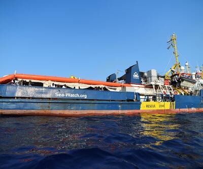 Kurtardığı göçmenlerle güvenli liman bekleyen kaptan: Gemide intihar vakalarından korkuyoruz