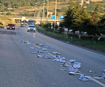 Yola saçılan kitaplar, trafiği tehlikeye düşürdü