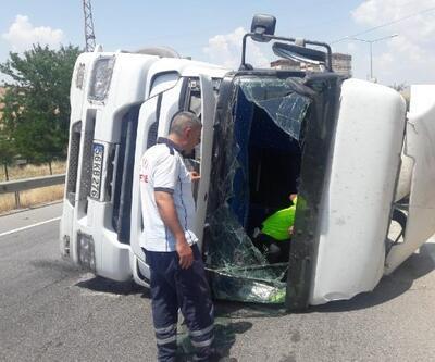 Virajda devrilen beton mikserinin sürücüsü yaralandı