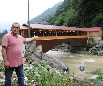 Ormana köprü üzerindeki restoranın içinden geçerek ulaşıyorlar