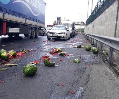 Büyükçekmece'de karpuz yüklü kamyonet kaza yaptı, karpuzlar yola saçıldı