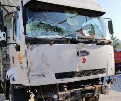 Kamyonla çarpışan minibüsün sürücüsü yaralandı, kızı öldü