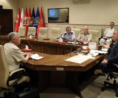 Bakan Akar ve komutanlar, Fırat'ın doğusuna olası harekatı konuştu