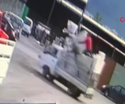 Göz göre göre kamyonetin kasasından düştü