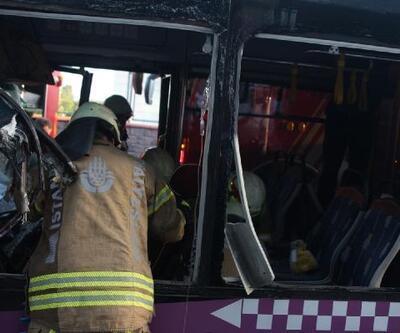 Halk otobüsü kamyona çarptı, sıkışan sürücüyü itfaiye kurtardı