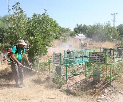 Edremit Belediyesi'den bayram öncesi mezarlık temizliği