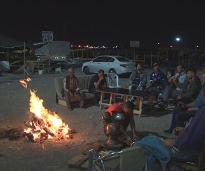 Kurban satıcıları pazarda geceyi müzik yaparak geçiriyor