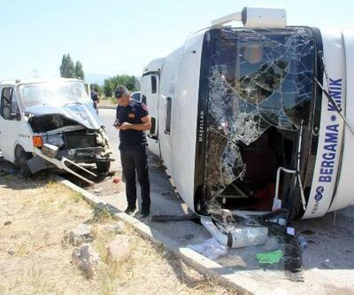 Yolcu midibüsü kamyonete çarptı: 11 yaralı
