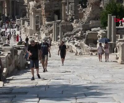 Turistler Efes Antik Kenti'ne akın etti