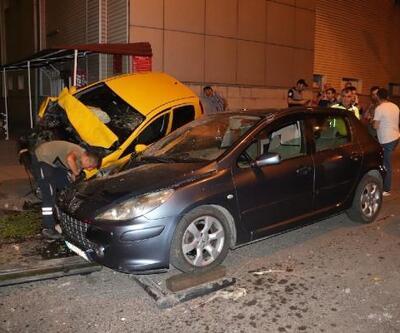 Kontrolden çıkan otomobil, düğün salonun girişine düştü: 2 yaralı
